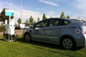 groene-parkeerplaats-met-hybride-auto-460x290