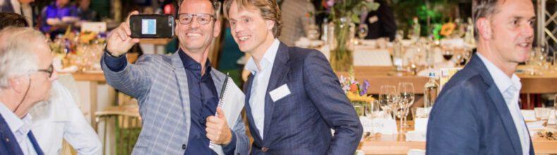 Andy van den Dobbelsteen (TU Delft, Wetenschappelijke Raad van Advies NL Greenlabel) maakt een selfie met Onno Dwars (CEO Ballast Nedam, Raad van Advies NL Greenlabel) op de vakbeurs in 2019